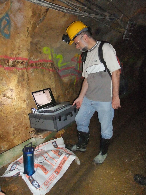 Robert Mayr in einer Goldmine in Kolumbien bei der Detektion von Gold